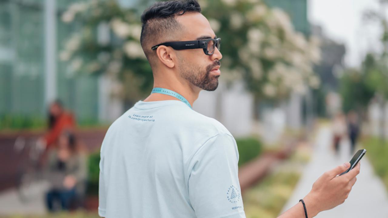 Il prossimo prodotto di Facebook saranno gli smart glass Ray - Ban in partnership con Luxottica