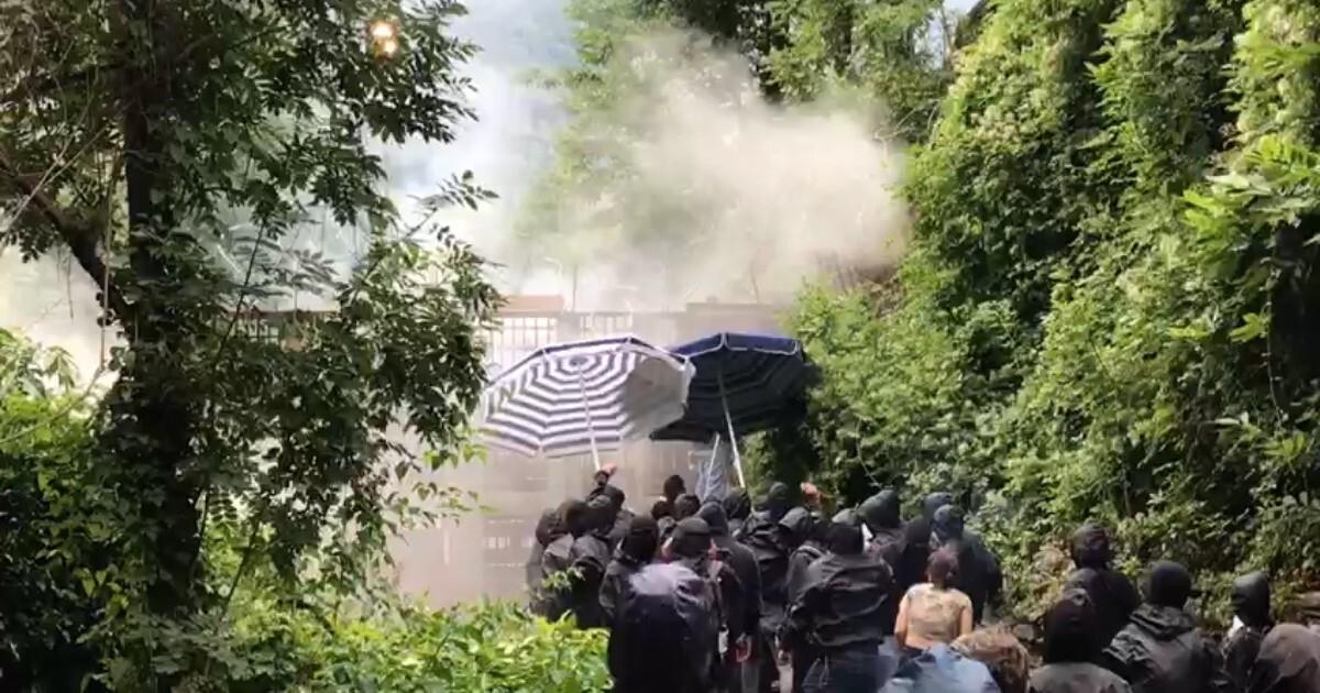 Val di Susa assedio No Tav al cantiere dellalta velocità La polizia risponde con il lancio di lacrimogeni (video)
