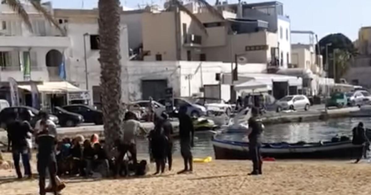 Migranti sbarchi a raffica e bomba Covid disastro Lampedusa Lamorgese nel mirino scattano le denunce