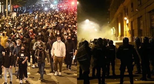Napoli, centinaia di persone manifestano contro il coprifuoco, cori contro De Luca e Conte. Scontri tra manifestanti e polizia.