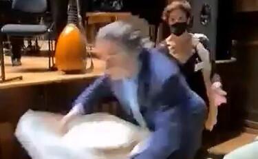 Riccardo Muti il coro canta tanti auguri ? Rovinosa caduta alla festa per gli 80 anni lassistente terrorizzata