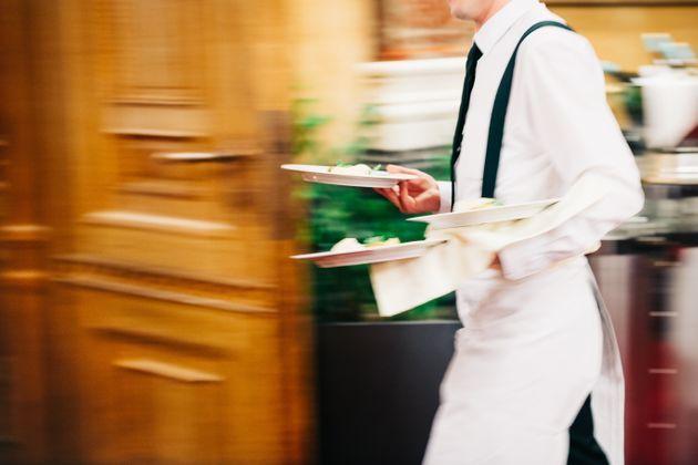 Ha il coronavirus, ma continua a lavorare come cameriere in un ristorante ...