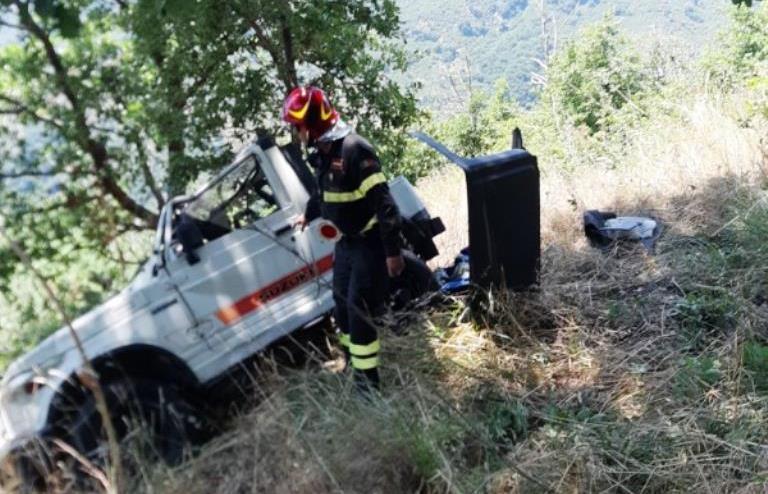 Messina, marito e moglie precipitano nella scarpata con il fuoristrada: delicata operazione di recupero per il trasporto in elisoccorso [...