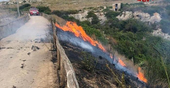 Siracusa, scoperto a dare fuoco alle sterpaglie: denunciato