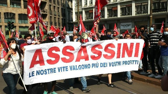 Malcontento in piazza a Milano: 'Padroni paghino crisi'