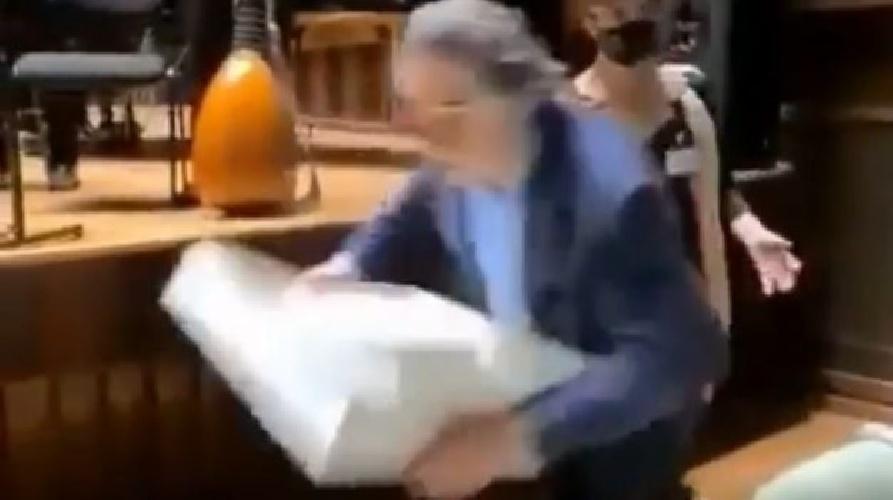 Riccardo Muti compie 80 inciampa e cade sulla torta