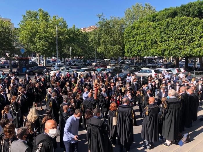 Giustizia: flash mob avvocati davanti Tribunale di Catania
