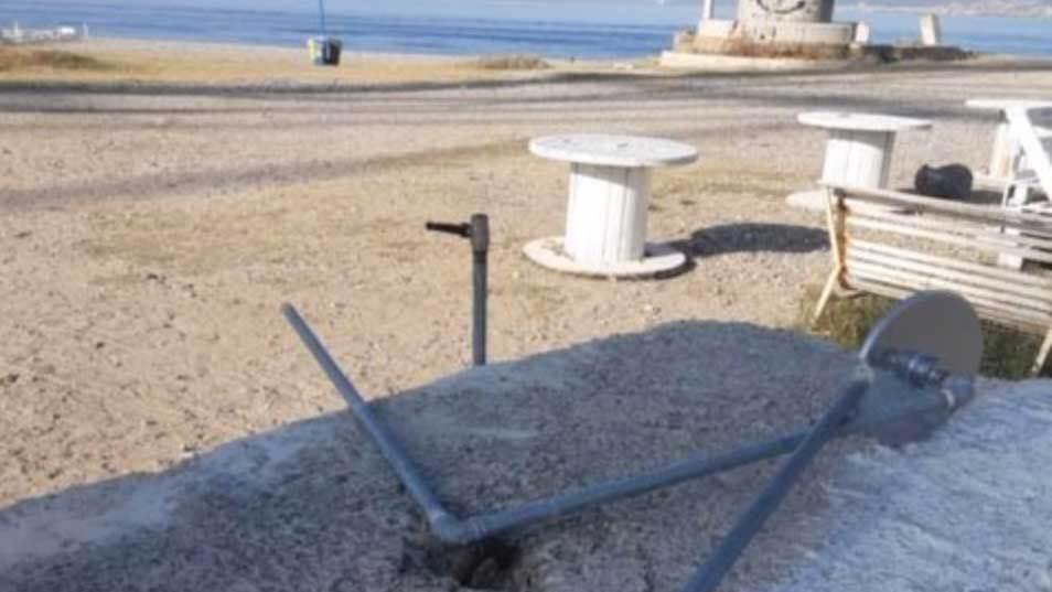 Messina, danneggiate le docce sulla spiaggia di Capo Peloro