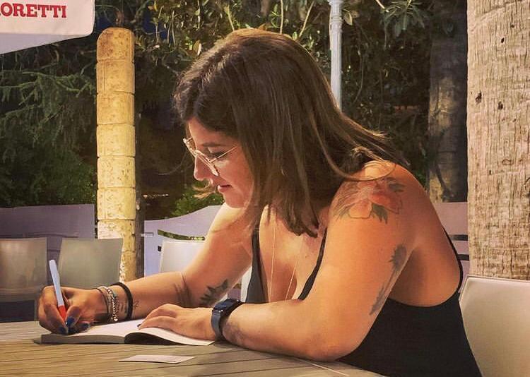 La giovane Monica Brancato presenta A piedi nudi suo romanzo desordio
