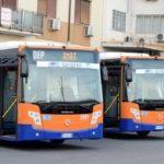 Catania, vogliono salire sul bus senza mascherina: conducente si oppone e scagliano sassi sul parabrezza