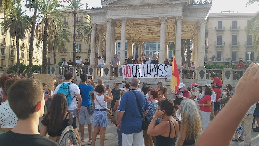 Cento No Vax protestano a Palermo assembrati