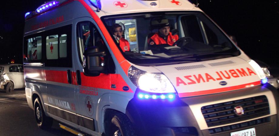 Tragedia nella notte a Palermo, travolto da un'auto mentre attraversa la strada: muore 17enne
