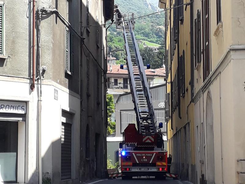 Tegole pericolanti, intervento dei VVF in via Mazzucconi a Rancio