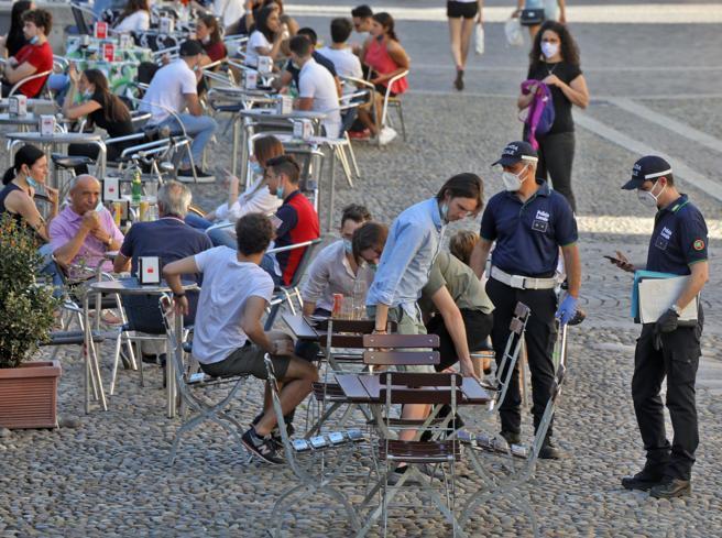 Pavia, un amico lo abbraccia fuori dal bar: ragazzo multato per 400 euro