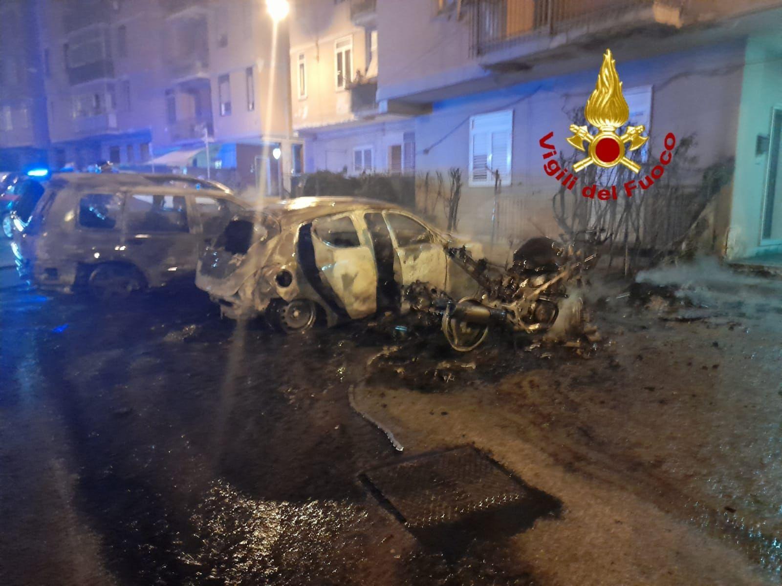 Siracusa Fuoco nella notte in via Cassia incendiati auto e scooter parcheggiati sulla strada