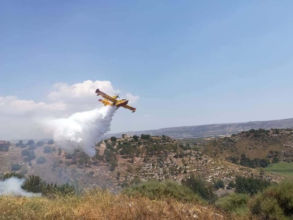 Aeroporto di Comiso a supporto degli incendi in Sicilia - Migliaia di alberi bruciati a Bosco San Pietro