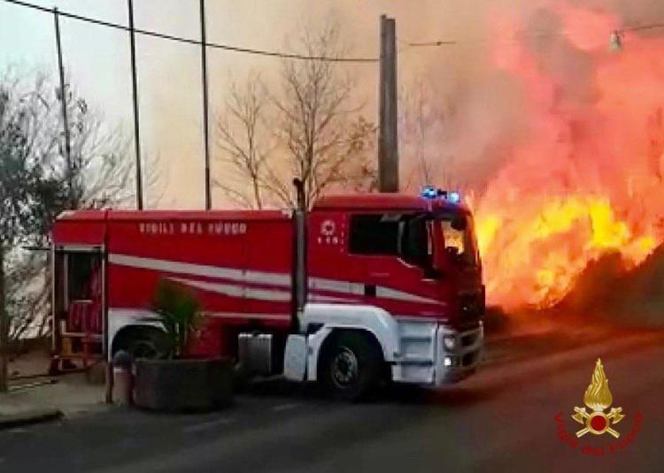 A Catania ieri giornata disperata incendi zone evacuate roghi alla playa