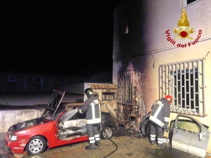 Incendio a Valdina, intervengono i Vigili del Fuoco: danneggiate due auto e uno scooter, lievi danni ad un'abitazione