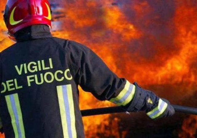Aragona, rogo in pieno giorno: brucia fabbricato e un mezzo agricolo