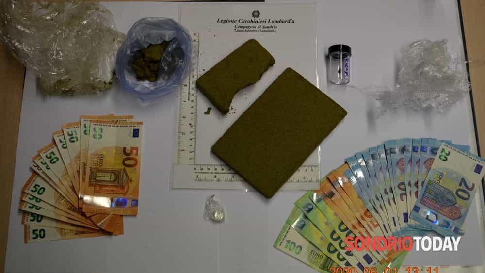 Droga già in dosi e contanti nascosti nel bagagliaio, arrestati tre giovani del Sondriese