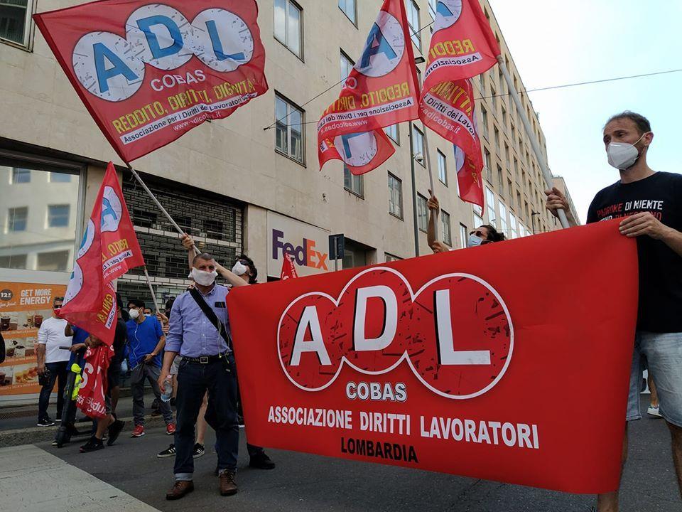 Coronavirus, in centinaia a Milano a corteo di protesta di Adl Cobas contro governo