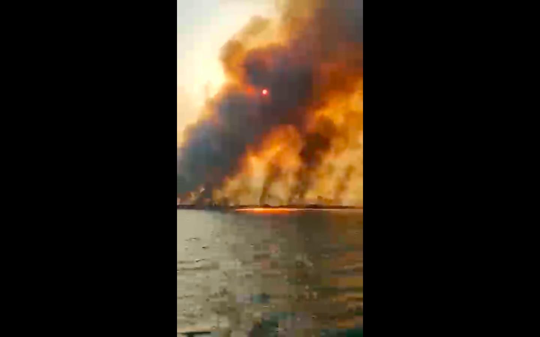 Tetti a fuoco case distrutte e la lingua rossa dal mare