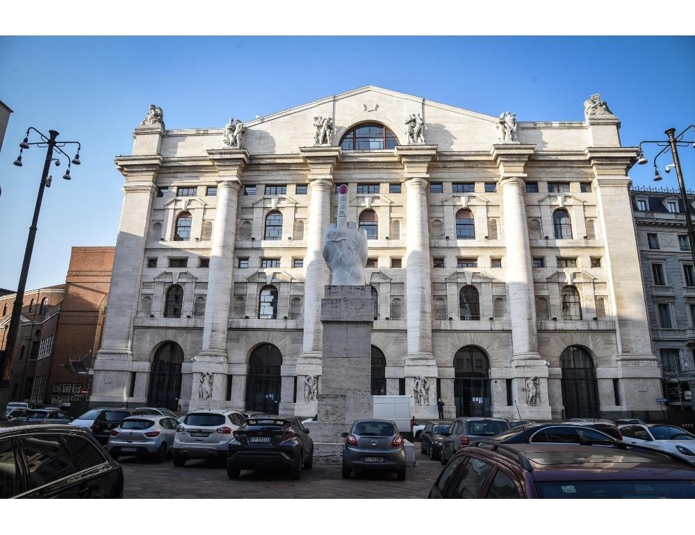 Borsa Milano apre lieve calo