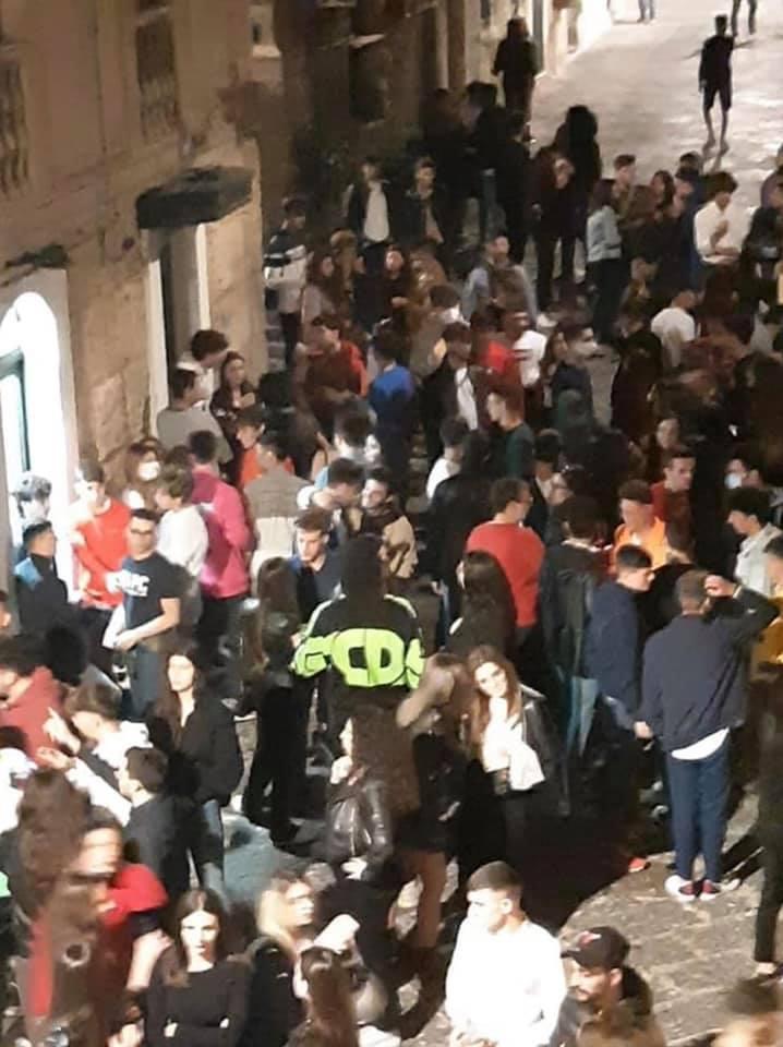Siracusa. Movida, folla di giovani in Ortigia, Cafiso: 'Dove sono i controlli del Comune?'