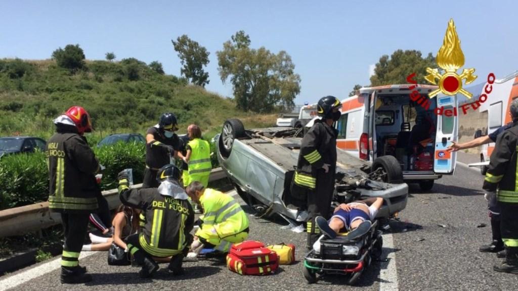 Terribile incidente sull'A18 Messina-Catania, si cappotta con la BMW e finisce nell'altra carreggiata: un'ora di coda [FOTO LIVE]