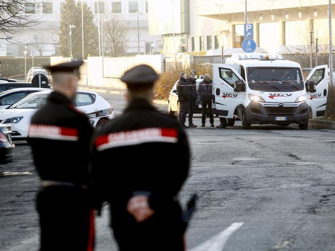 Minaccia i passanti e un carabiniere con dei coltelli, arrestato 49enne