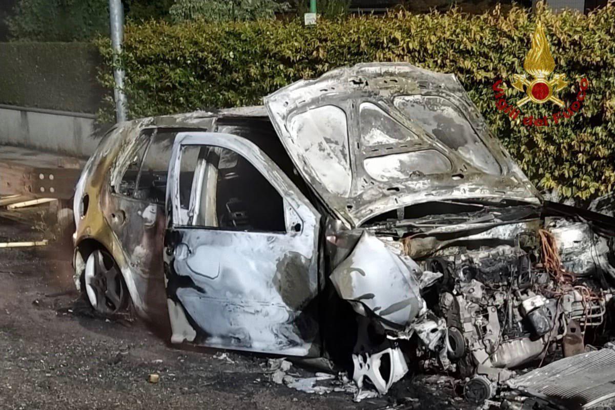 Si schiantano contro il guard-rail: auto distrutta dalle fiamme, coppia di giovani illesa