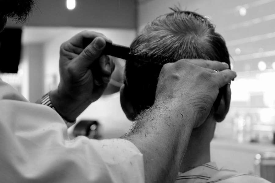 Barbiere va casa per tagliare capelli ma è positivo al Covid 19: 40 clienti in isolamento