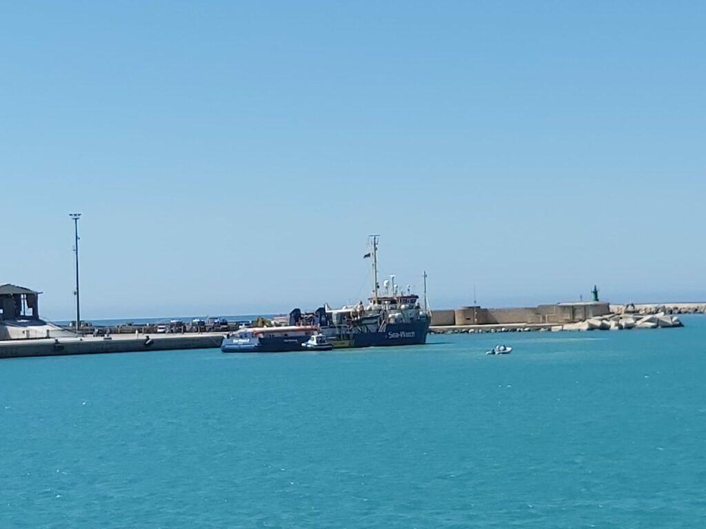 La Sea-Watch in porto, sbarca migranti a Porto Empedocle