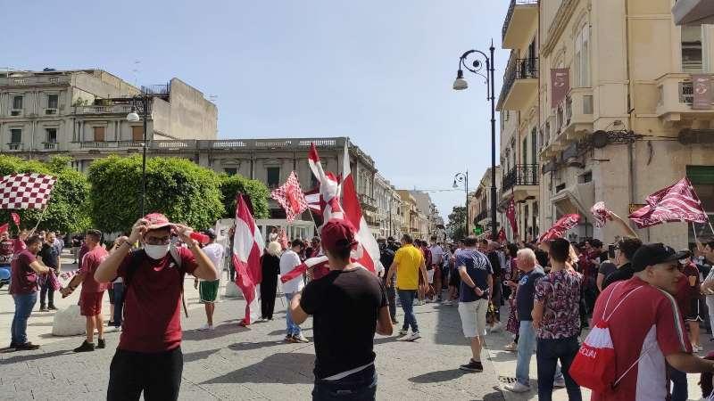 Reggina, in città parte la festa: i tifosi riempiono Piazza Duomo