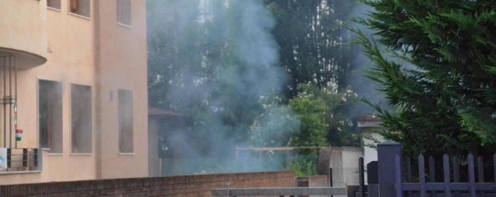 Brucia un'auto in un box di via Pacinotti a Lissone, intervento in forze dei vigili del fuoco