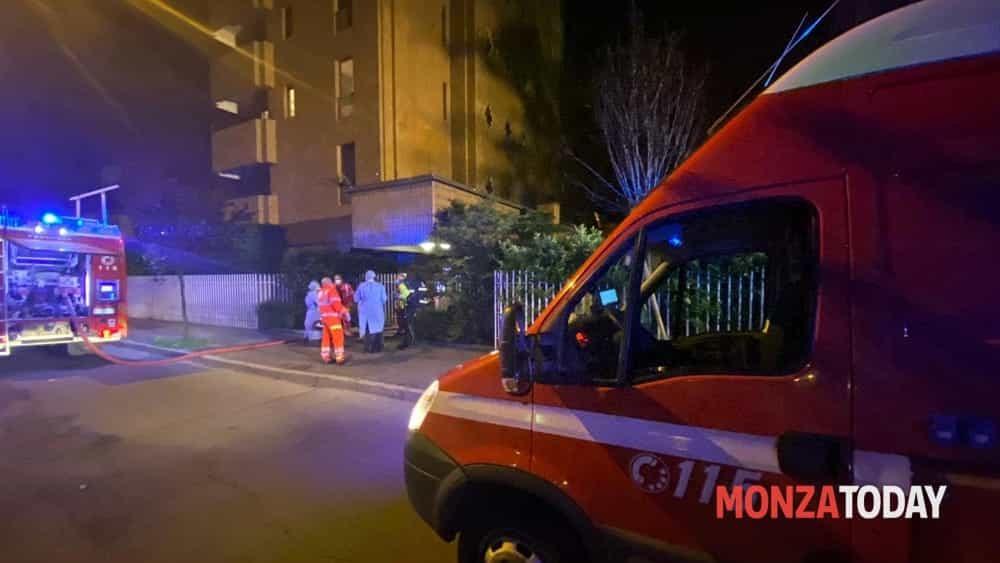 Incendio a Monza, appartamento devastato dalle fiamme: quattro persone in ospedale