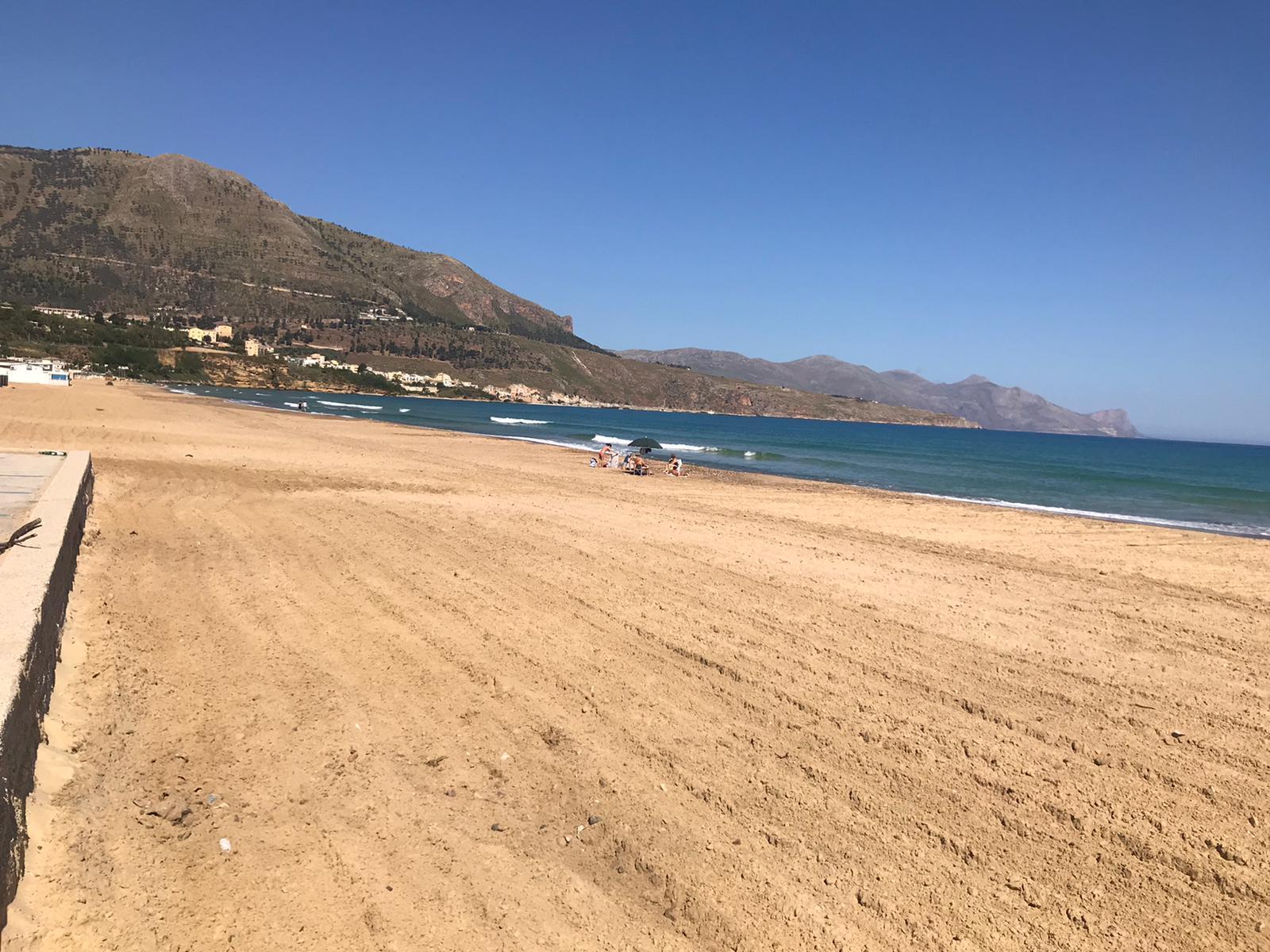 Castellammare: i controlli anti assembramento in spiaggia, fatti dai lavoratori di 'Città Pulita'