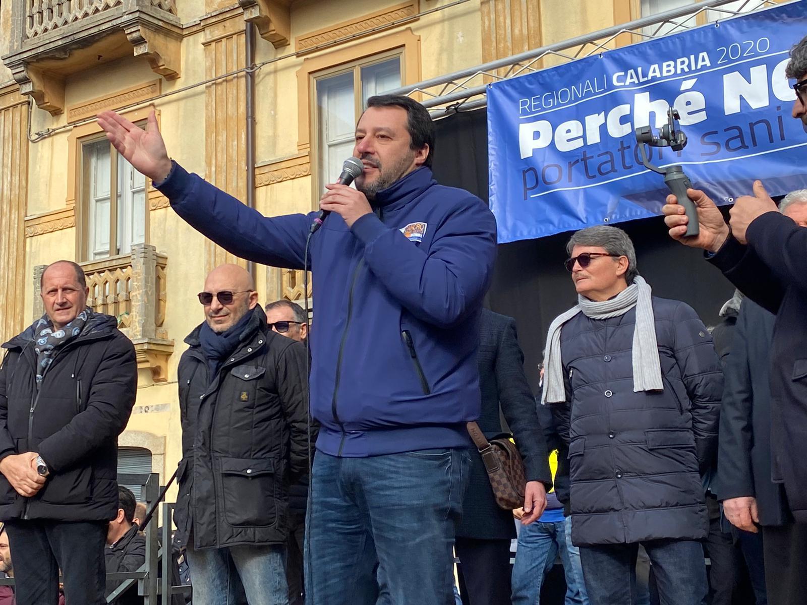 Salvini conclude il tour in Sicilia tra contestazioni e selfie: 'sì al Ponte sullo Stretto. De Luca? Sta facendo un gran lavoro a Messina'