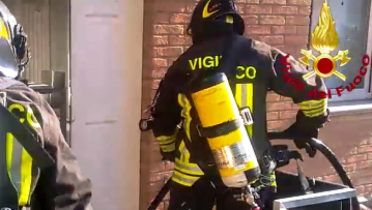 Vigile del fuoco fuori dal servizio si lancia tra le fiamme per circoscrivere rogo a Lentini
