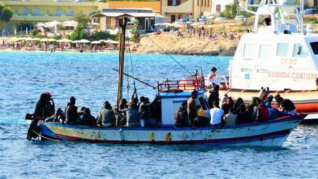 Migranti: a Lampedusa 115 migranti in 6 sbarchi in poche ore