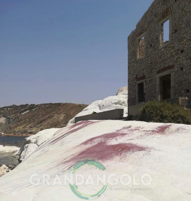 Punta Bianca vandali imbrattano la marna bianca con vernice rossa