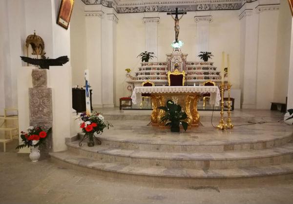 Aidone. Comunità parrocchiale chiesa Madre di San Lorenzo al fianco del Parroco