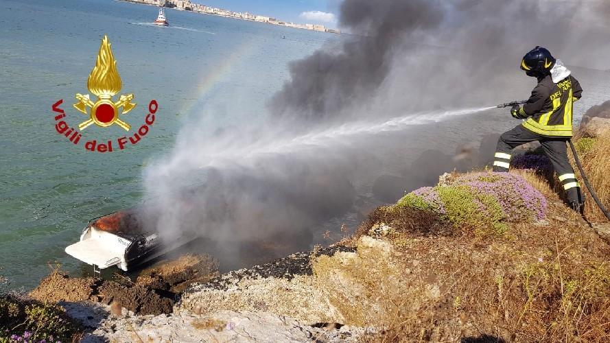 Barca prende fuoco: diportisti si tuffano in mare