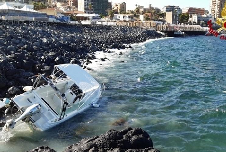 Barca sbatte sugli scogli di viale Europa, un'altra affonda