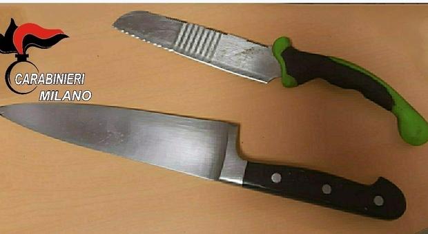 Milano, clochard minaccia i passanti armato di coltelli e lancia fiamme