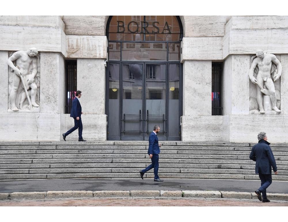 Borsa Milano chiude quasi invariata