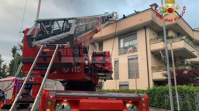 Principio di incendio in un appartamento in via Lazzaretto: vigili del fuoco in azione fotogallery