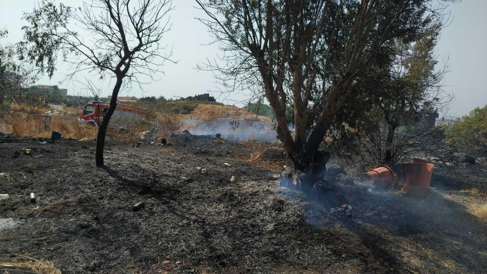 Incendi focolai ancora attivi pompieri in azione