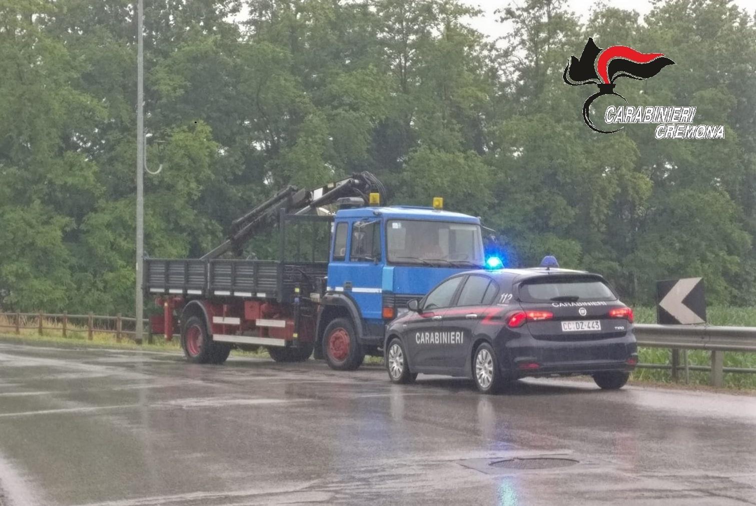 Alla guida di furgone rubato, e tallonato dai Carabinieri, si lancia dal mezzo in corsa