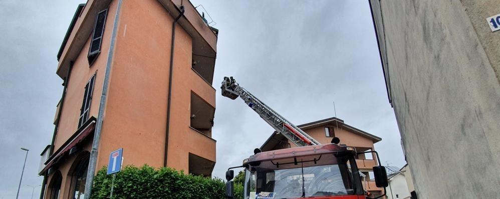 Maltempo, vigili del fuoco a Lissone per una lamiera pericolante sul tetto di un condominio